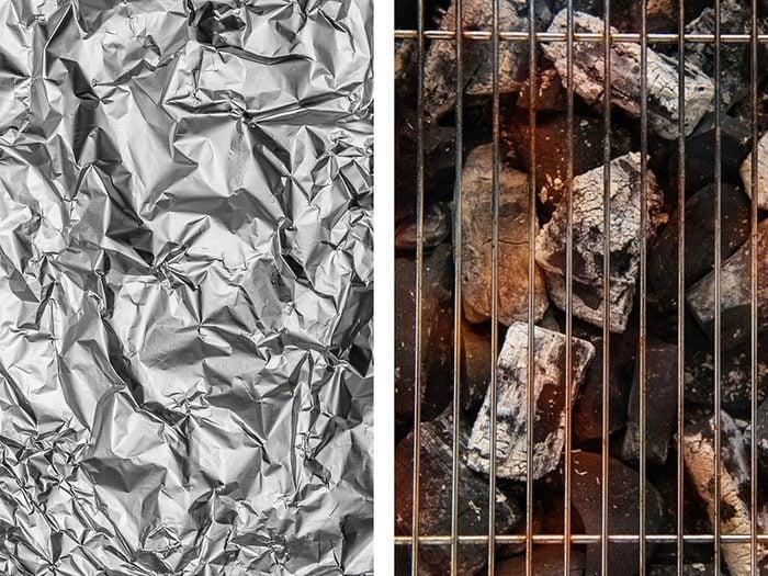 Nettoyer la grille du barbecue avec de l'aluminium ménager.