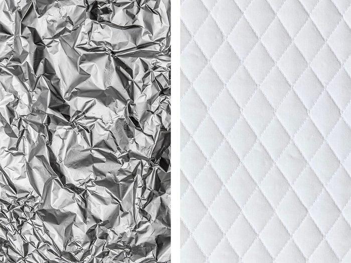 Protéger le matelas d'un enfant avec de l'aluminium ménager.