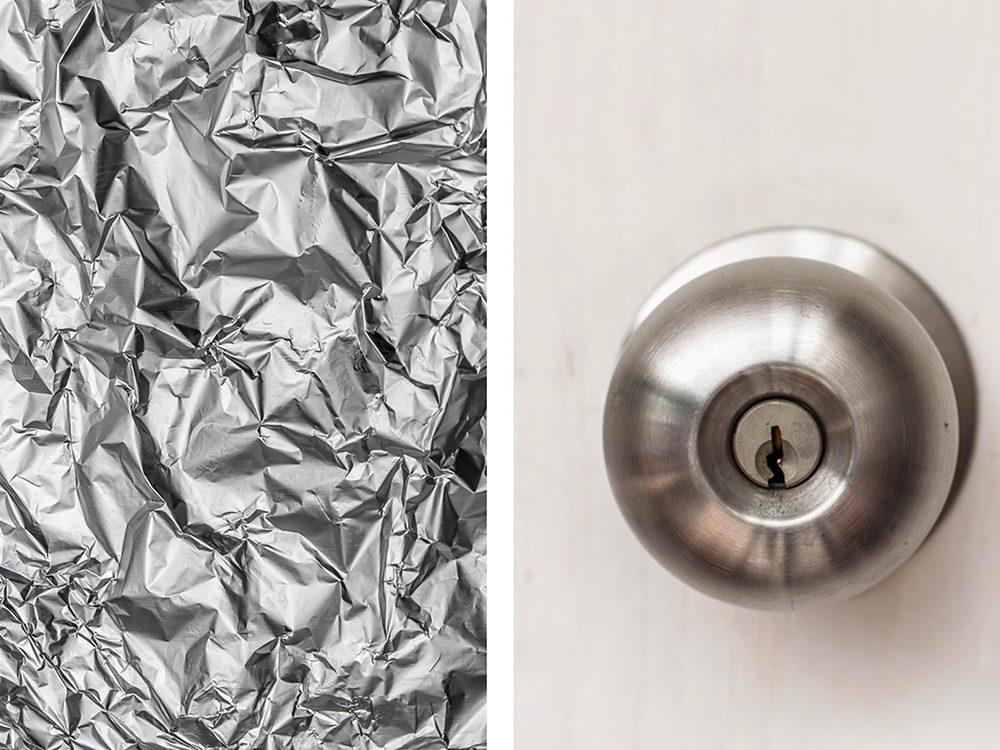 Protéger des poignées de porte avec de l'aluminium ménager.