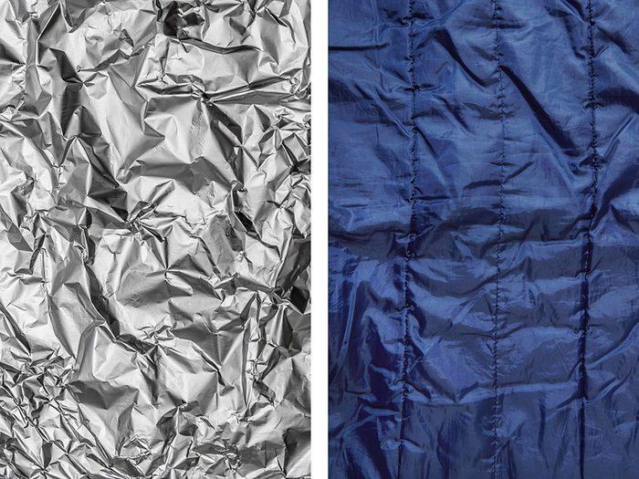 Isoler un sac de couchage de l'humidité avec de l'aluminium ménager.