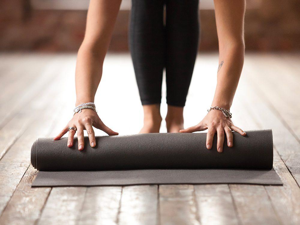 Votre tapis de yoga est un nid à bactéries!