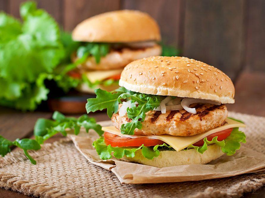 Un burger de poulet à l'érable pour être comme à la cabane à sucre.