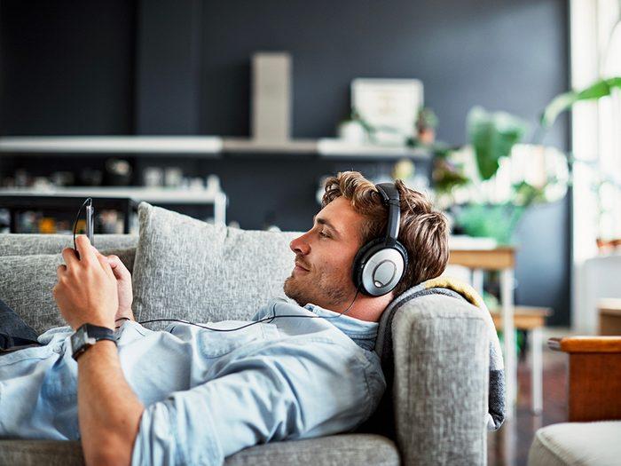 Confinés à la maison? Écoutez des balados.