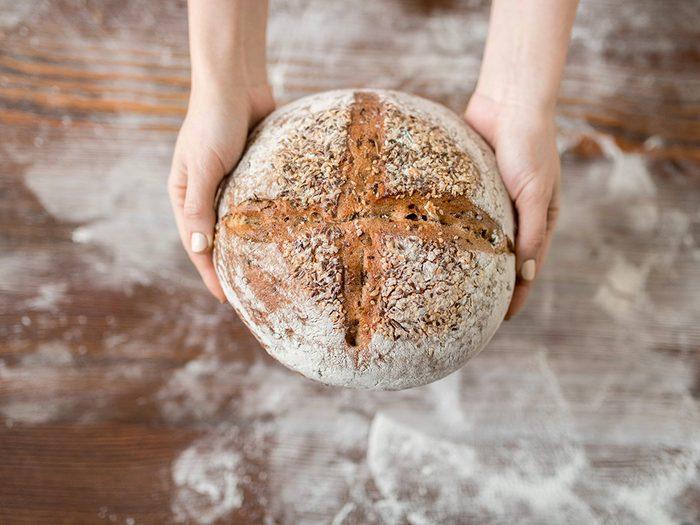 Confinés à la maison? Faites cuire du pain maison.