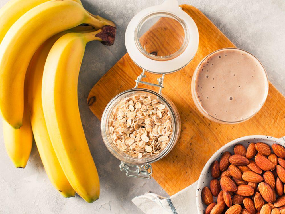Conjuguez la banane à un fromage cottage pour un déjeuner protéiné.