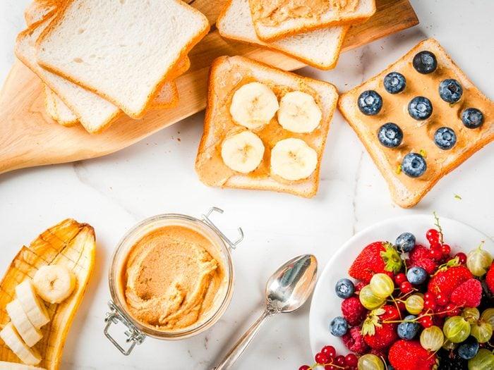 Troquez le beurre et la margarine par un beurre de noix pour un déjeuner protéiné.