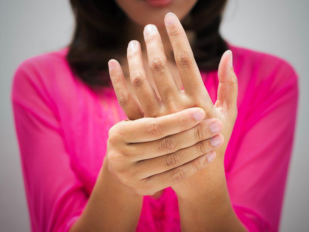 Une minuscule chose a provoqué une grande douleur dans les mains de la patiente.