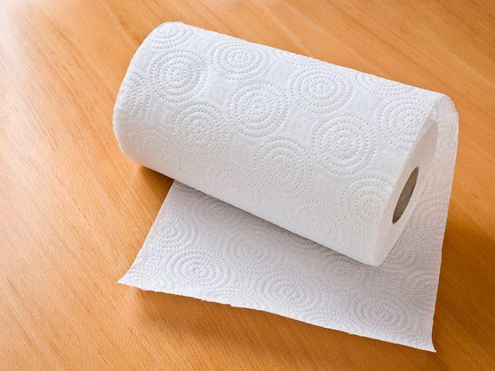 Économiser avec un rouleau d'essuie-tout réutilisable.