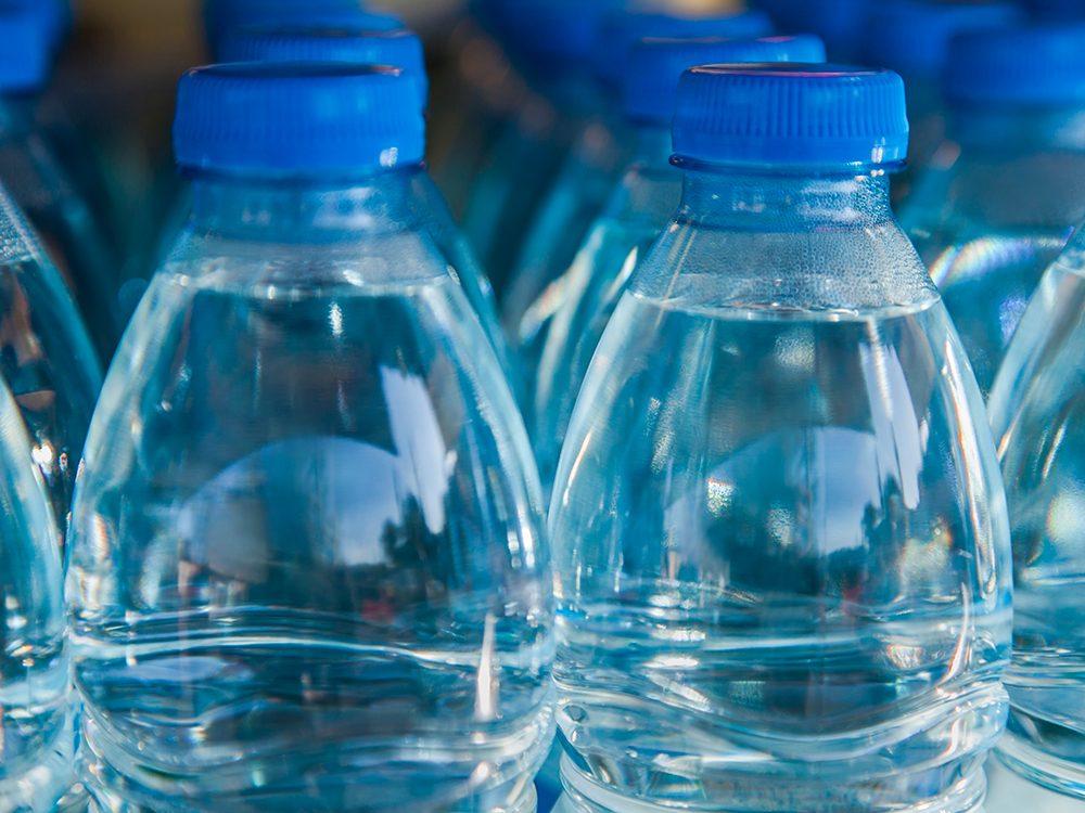 Économiser en évitant d'acheter de l'eau en bouteilles et en canettes.