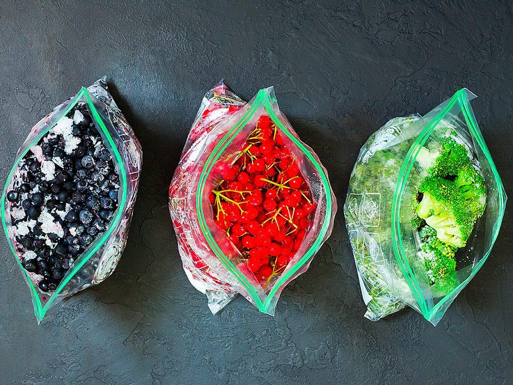 Économiser grâce aux petits sacs réutilisables.