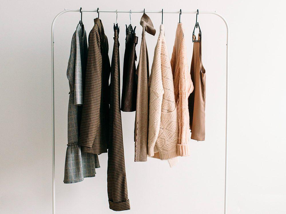Avant d'acheter du neuf, prenez le temps d'envisager les vêtements d'occasion et vintage pour économiser.