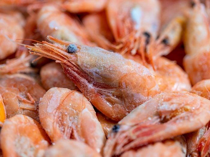 Ayez des crevettes congelées en tant que réserve d'aliments.