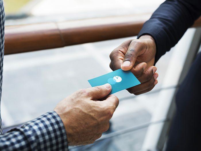 Formule de politesse: échanger des cartes professionnelles.
