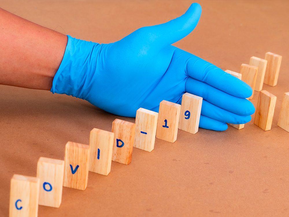 Le coronavirus peut vivre sur certaines surfaces pendant des jours.
