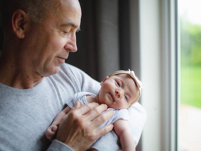 Formule de politesse: prendre des bébés et des enfants dans ses bras.