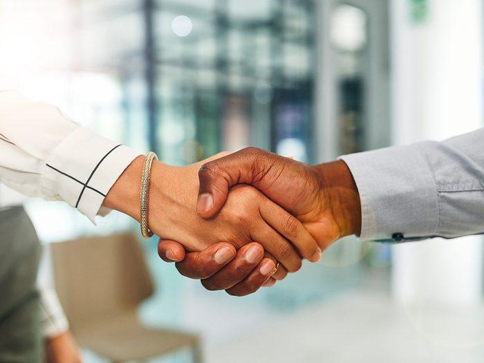 Formule de politesse: donner une poignée de main.