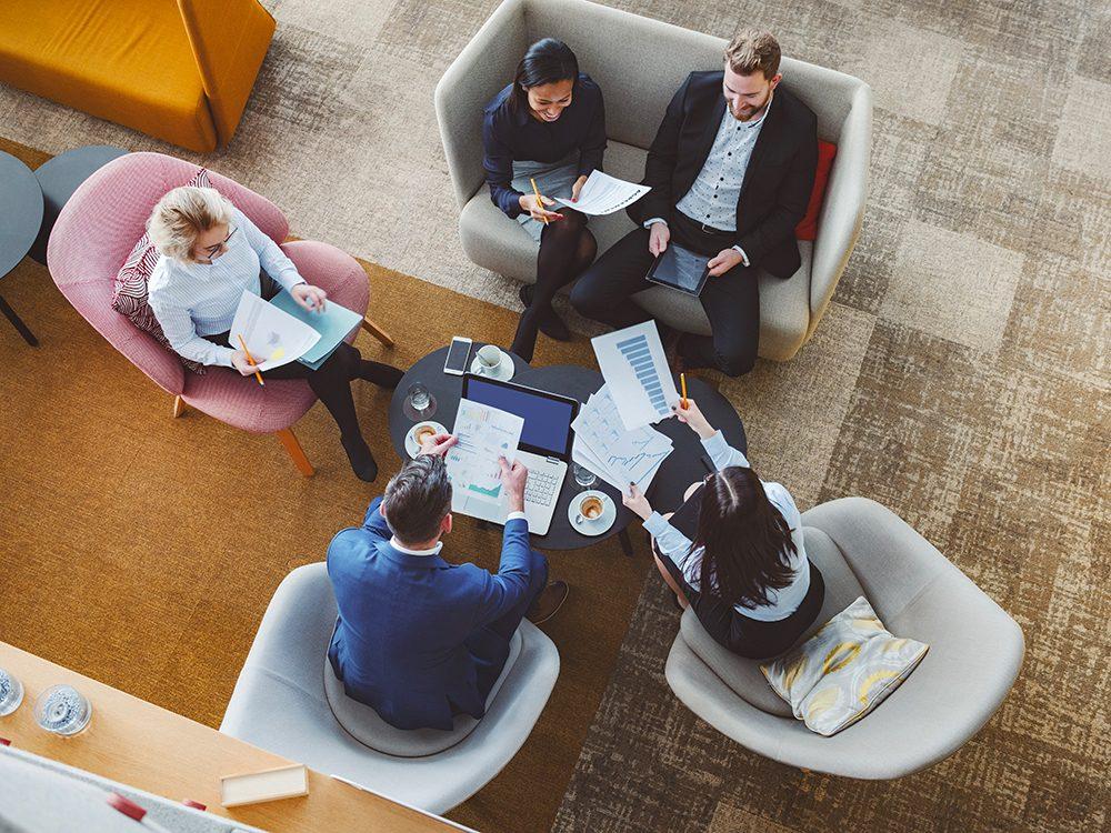 Formule de politesse: tenir des réunions d'affaires en personne.