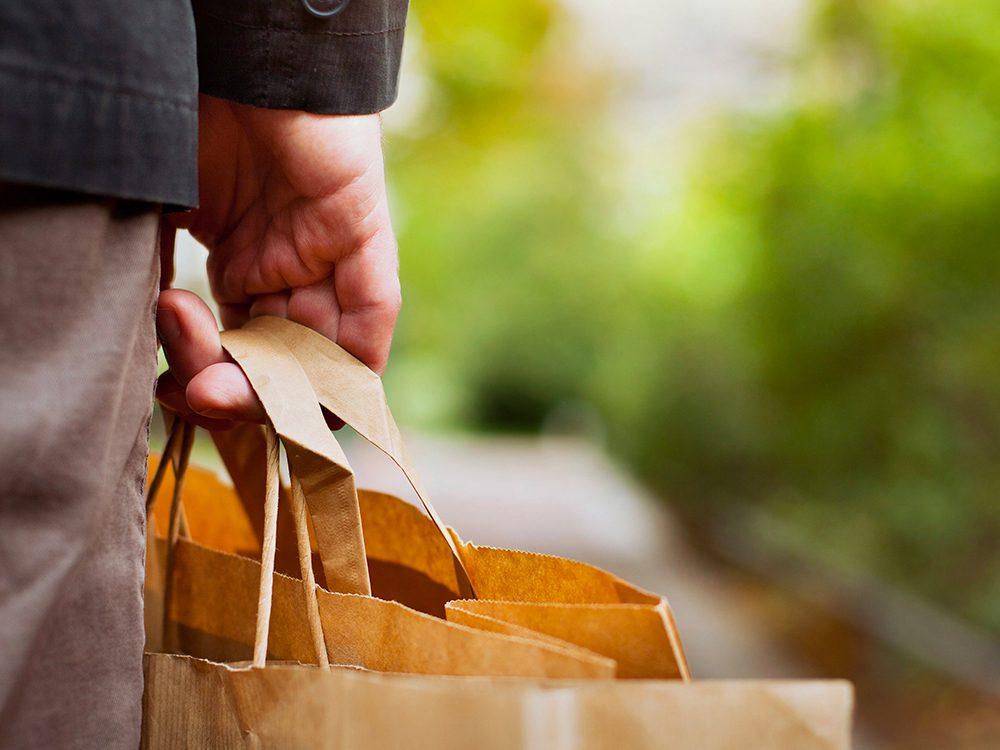 Formule de politesse: offrir de porter des paquets ou des sacs d'épicerie.