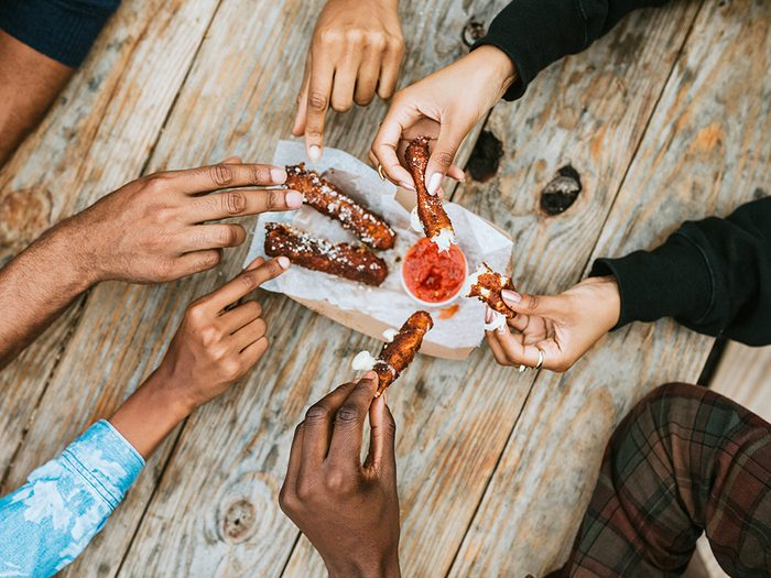 Formule de politesse: partager sa nourriture.