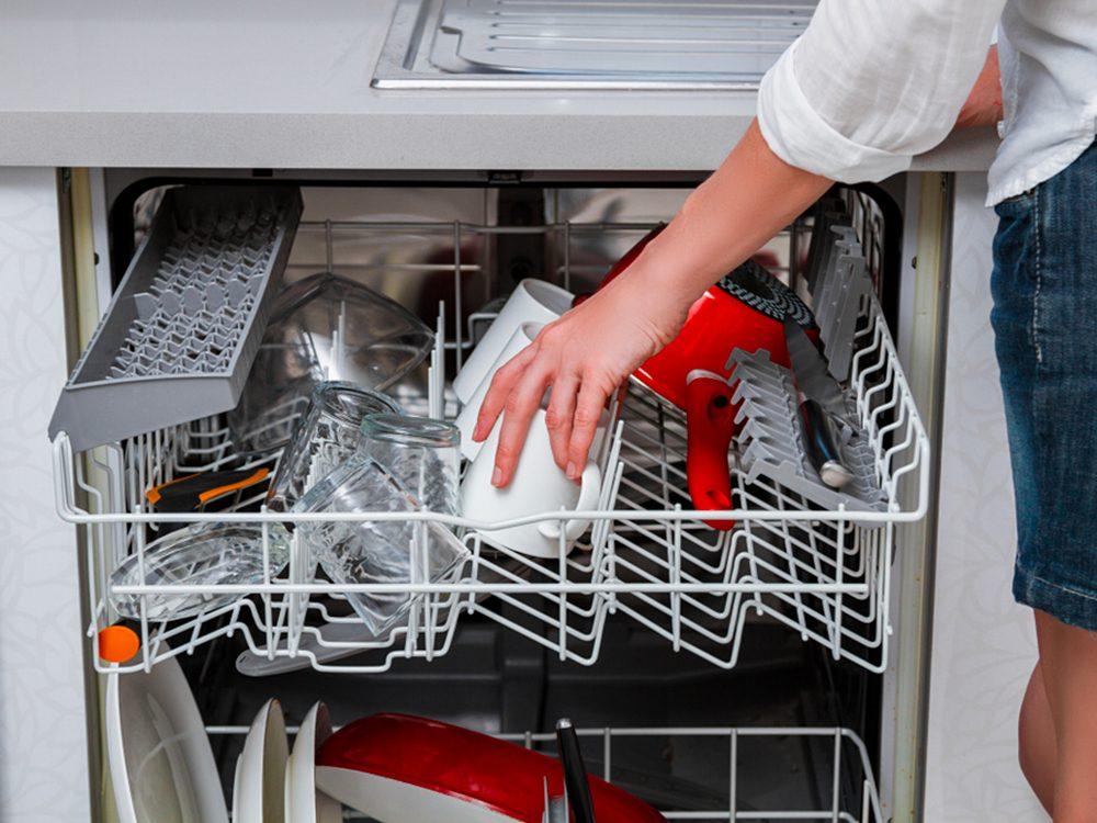 Vider le lave-vaisselle est l'un des gestes quotidiens qui peuvent blesser le corps.