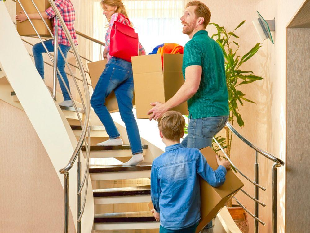 Monter ou descendre les escaliers les bras pleins est l'un des gestes quotidiens qui peuvent blesser le corps.