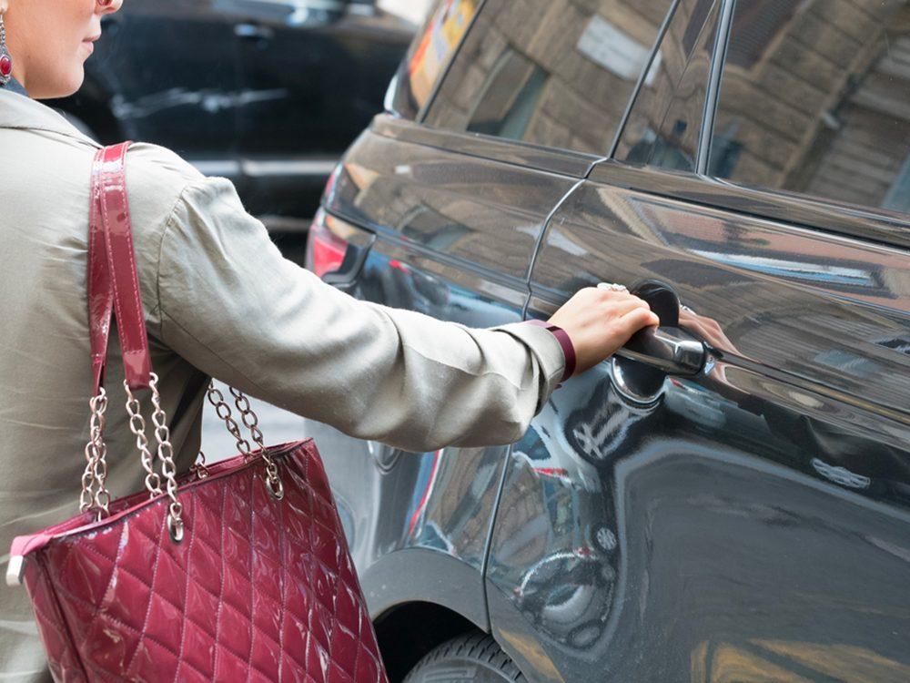 Monter dans la voiture et en descendre est l'un des gestes quotidiens qui peuvent blesser le corps.