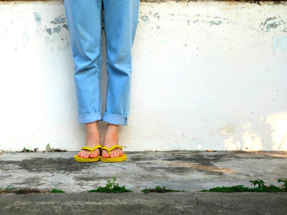 Porter des sandales de plage est l'un des gestes quotidiens qui peuvent blesser le corps.
