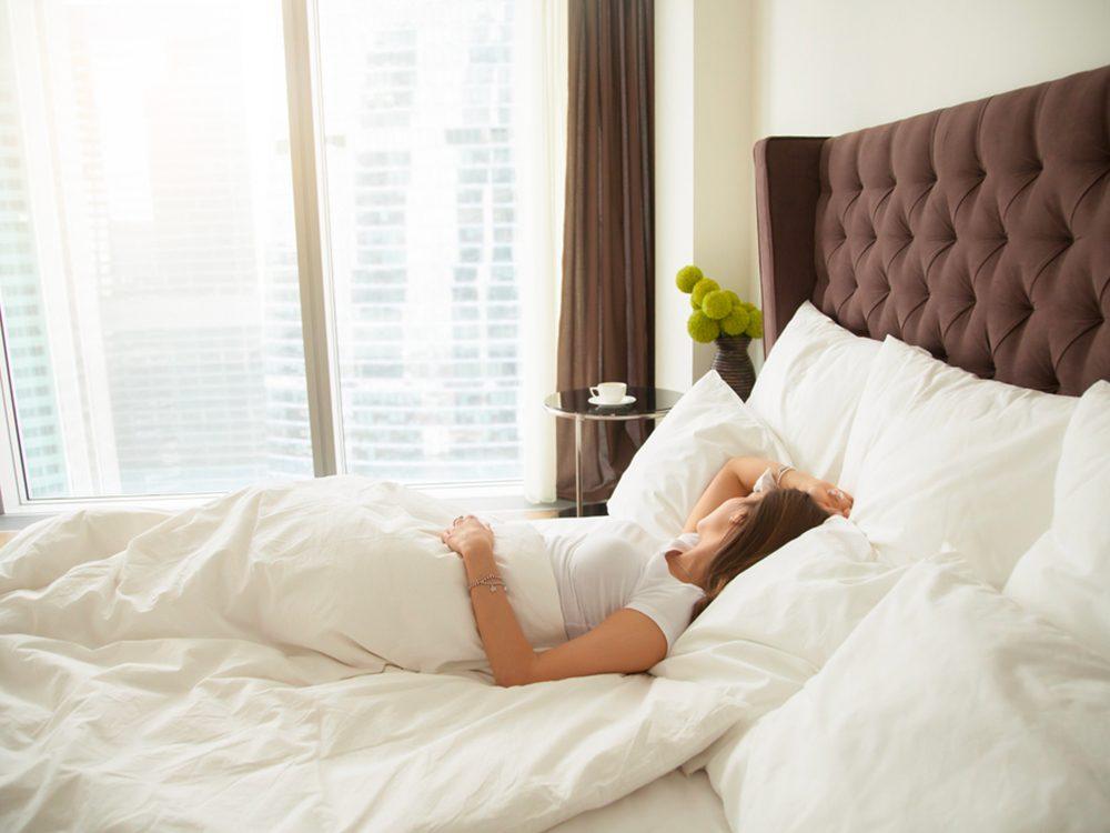 Sortir du lit trop rapidement est l'un des gestes quotidiens qui peuvent blesser le corps.