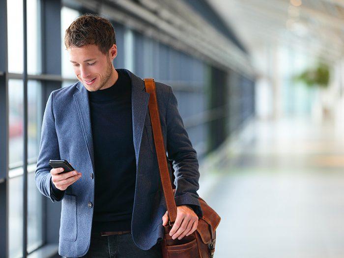 Porter un sac pesant sur l'épaule est l'un des gestes quotidiens qui peuvent blesser le corps.