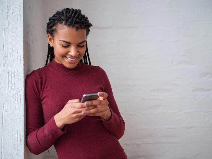 Avoir la tête constamment penchée sur son téléphone est l'un des gestes quotidiens qui peuvent blesser le corps.