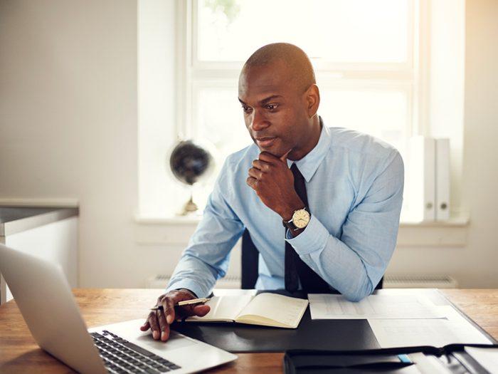 Être assis à un bureau toute la journée est l'un des gestes quotidiens qui peuvent blesser le corps.