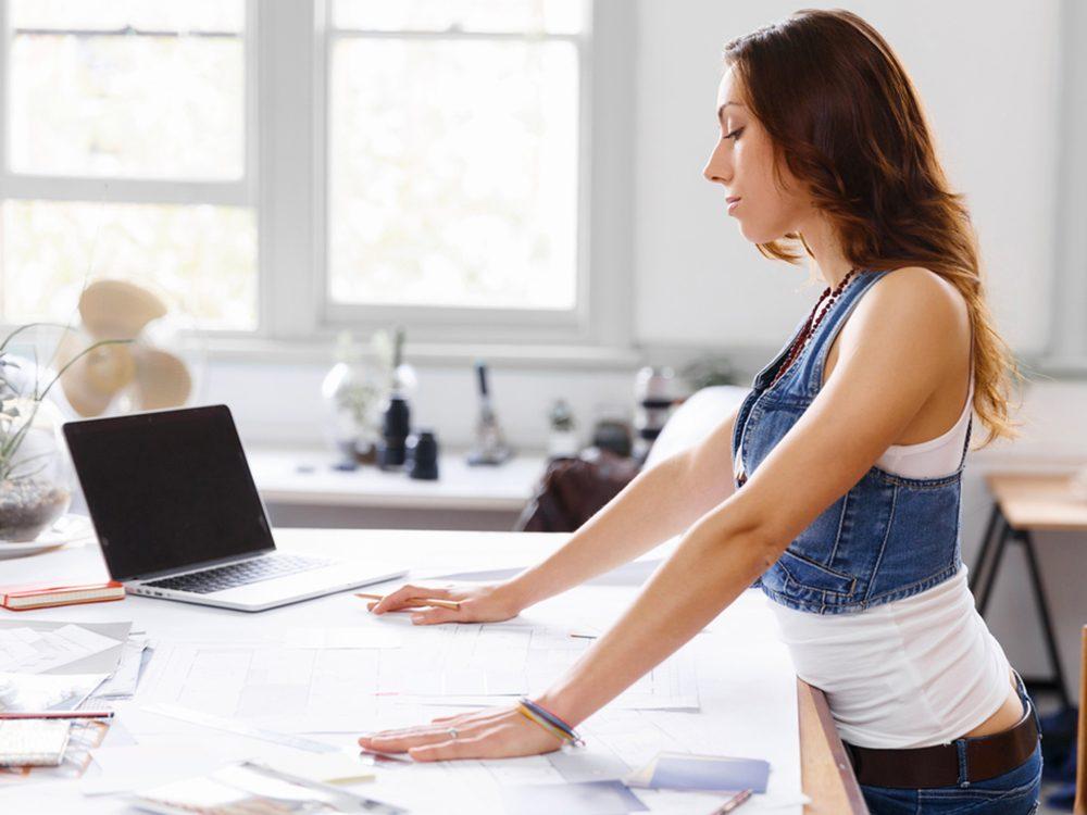 Rester debout trop longtemps sans bouger est l'un des gestes quotidiens qui peuvent blesser le corps.