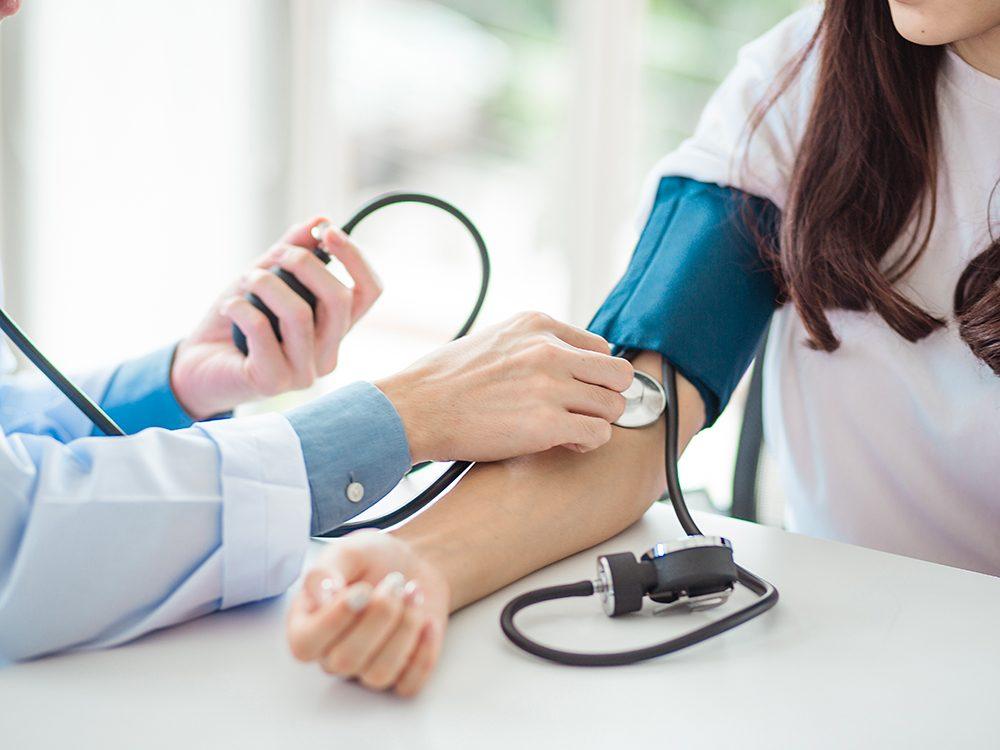Le syndrome hémolytique et urémique (SHU) peut provoquer de l'hypertension.