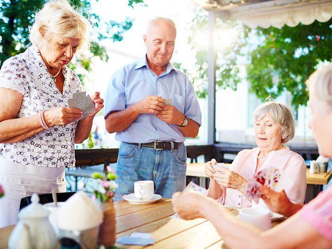 Socialisez davantage sur le tard pour vivre plus vieux.