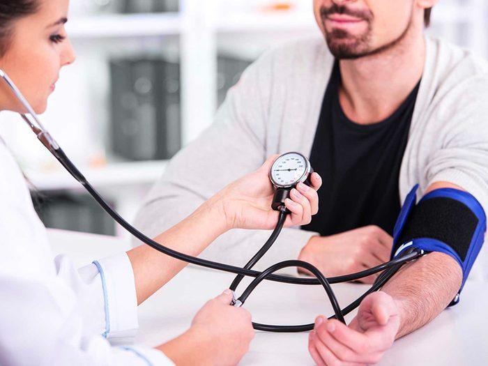 Contrôlez mieux votre pression artérielle pour vivre plus vieux.