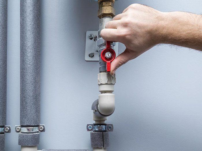 Vérifier les les valves d'arrêt de la maison.