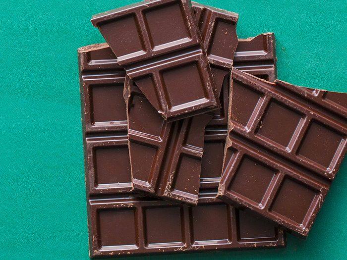 Le chocolat noir est l'un des aliments non périssables à toujours avoir dans son garde-manger.