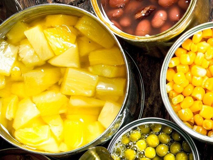 Les fruits, légumes et haricots en conserve sont des aliments non périssables à toujours avoir dans son garde-manger.