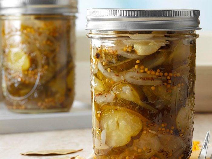 Les cornichons et légumes marinés sont des aliments non périssables à toujours avoir dans son garde-manger.