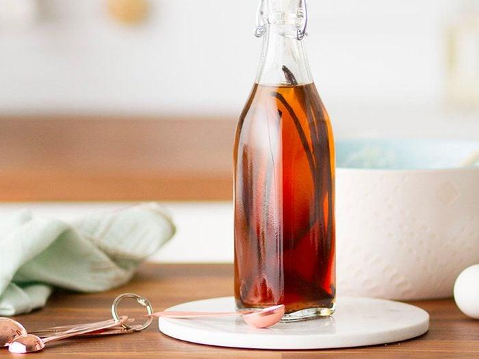 L'extrait de vanille pure est l'un des aliments non périssables à toujours avoir dans son garde-manger.
