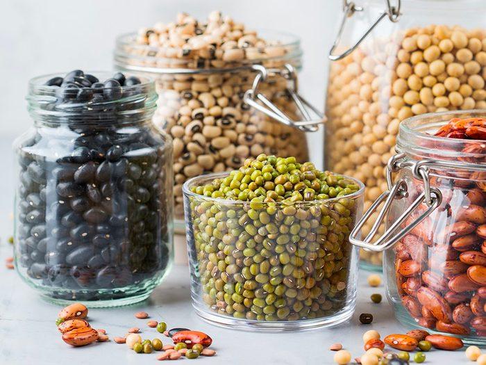 Les haricots secs, lentilles et légumineuses font partie des aliments non périssables à toujours avoir dans son garde-manger.