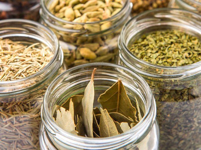 Les herbes et épices sont des aliments non périssables à toujours avoir dans son garde-manger.