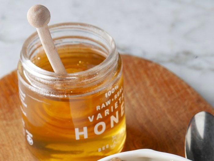 Le miel est l'un des aliments non périssables à toujours avoir dans son garde-manger.