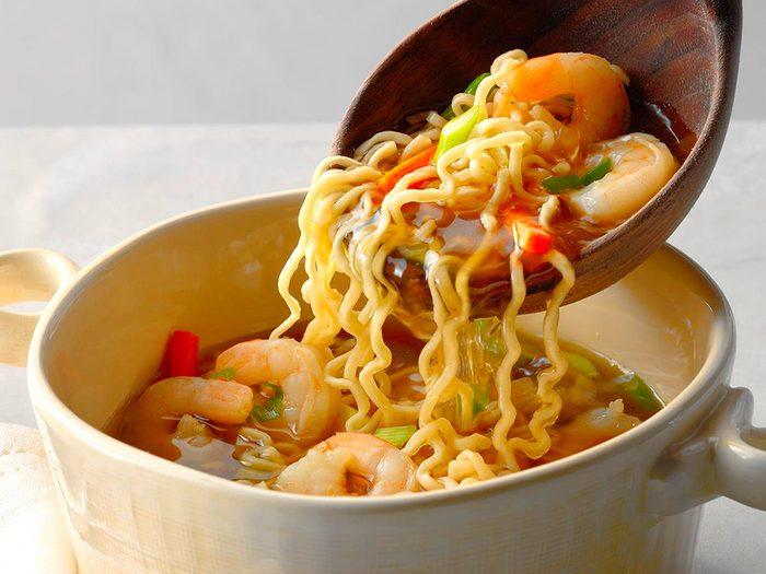 Les nouilles ramen sont des aliments non périssables à toujours avoir dans son garde-manger.