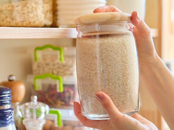 Le riz est l'un des aliments non périssables à toujours avoir dans son garde-manger.