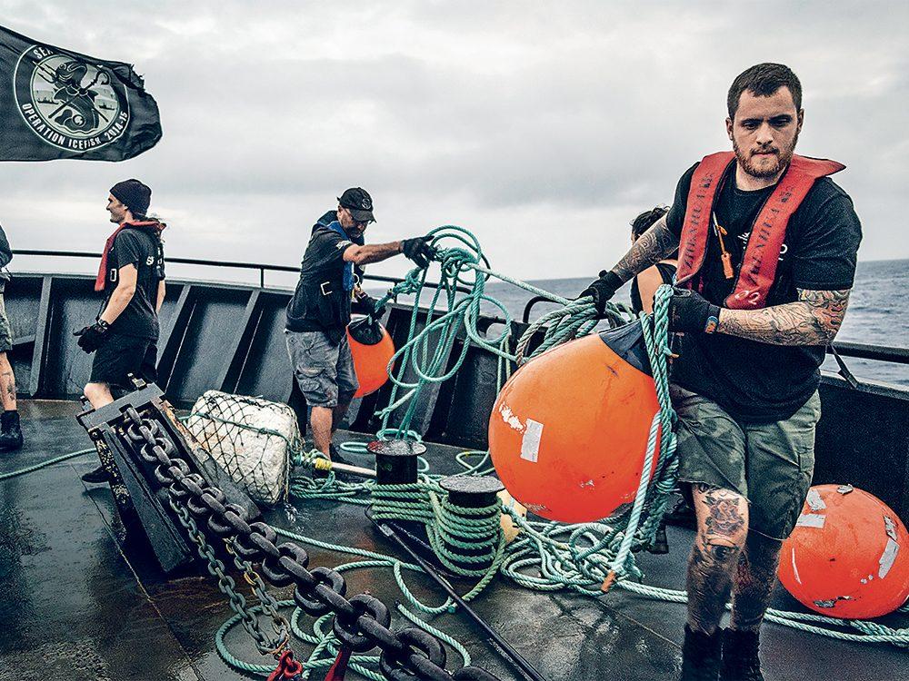 Bateaux de pêche: l'équipage de pont du Bob Barker utilise des grappins pour récupérer les bouées lancées par le Thunder.