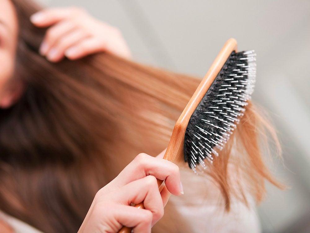 Cheveux abîmés: vous sautez l'étape du brossage.