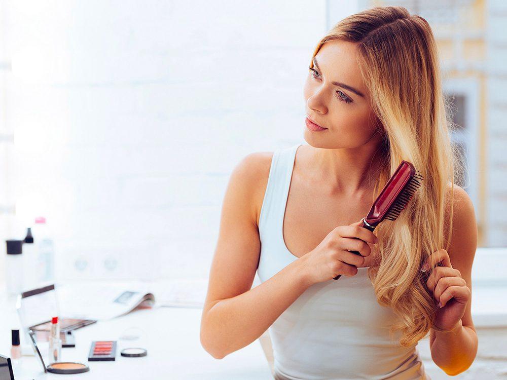 Cheveux abîmés: vous vous couchez sans enlever votre fixatif.