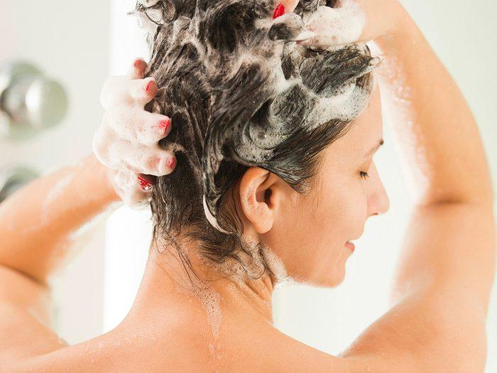 Cheveux abîmés: vous ne réhydratez pas vos cheveux en profondeur.