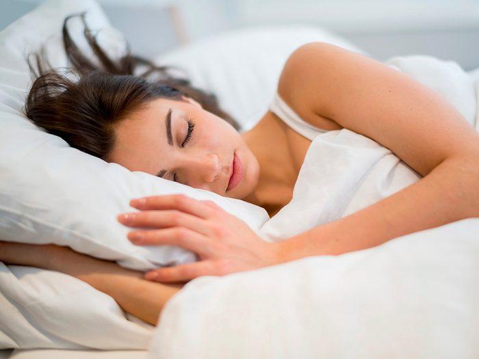 Cheveux abîmés: uneliterie en coton peut être dure sur votre crinière.